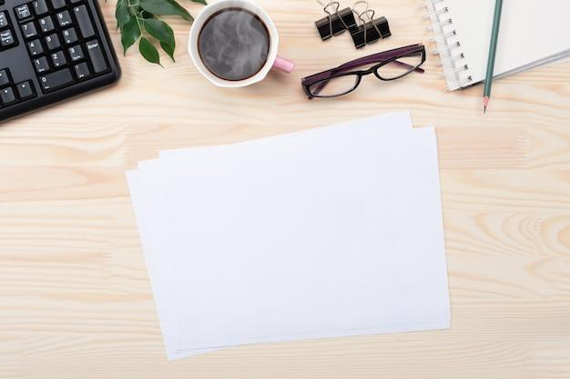 Werkruimte met pen, papier, koffiekopje, glazen en kantoorbenodigdheden. plat leggen