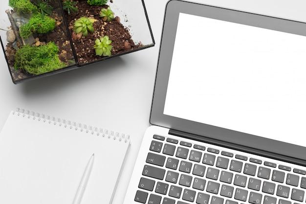 Werkruimte met toetsenbord en accessoires. plat leggen, bovenaanzicht