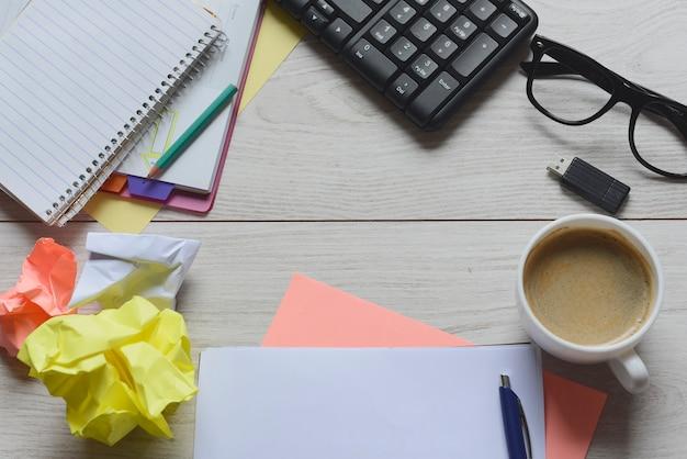 Werkruimte met voorraden en koffie
