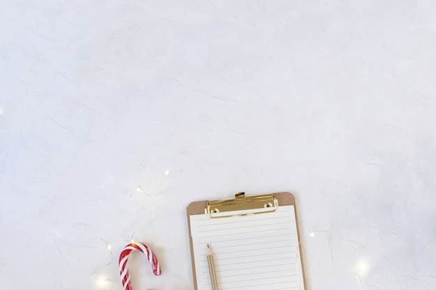 Werkruimte mockup, klembord met blanco papier, snoep stokken.