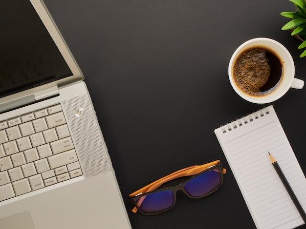 Werkruimte mockup met laptop, bril.