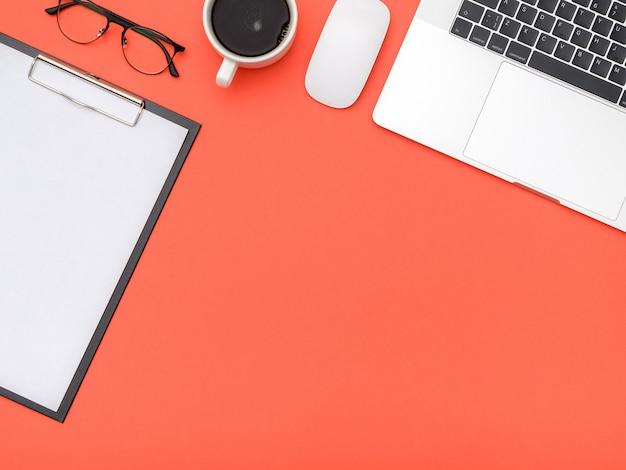 Werkruimte op kleur bureau in kantoor aan huis
