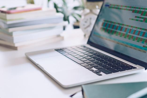Werkruimte op schone natuurwerkruimte thuis met laptop, planner-notitieboekje en rekenmachine. zakelijke financiën office concept.