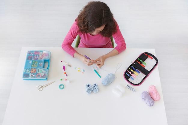 Werkruimte van een creatieve vrouw die zelfgemaakt haken doet