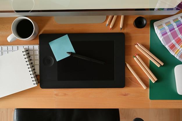 Werkruimte van grafisch ontwerpstudio