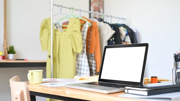 Werkruimte van laptop van de ontwerperstudio het computer lege scherm op creativiteitbureau.