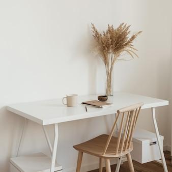 Werkruimte voor het thuiskantoor van vrouwen Premium Foto