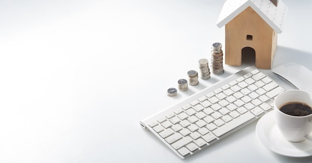 Werkruimte voor woningbesparingsplannen voor huisvesting, muntenstapel voor wonen, huis en vastgoedconcepten.