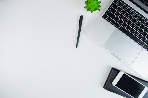 Werkruimtes met een laptop, zwart lederen portemonnee