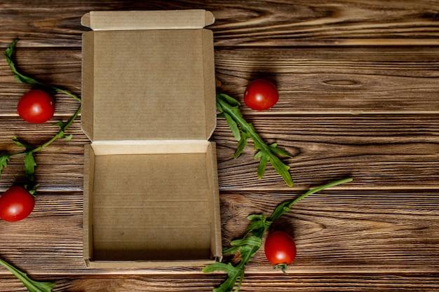 Werkstuk voor het plaatsen van de pizza, de lege doos en de ingrediënten voor pizza.
