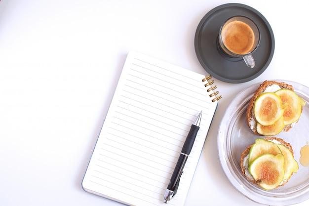 Werktafel bedrijfsconcept tafel terug naar school kladblok pen zwarte koffie