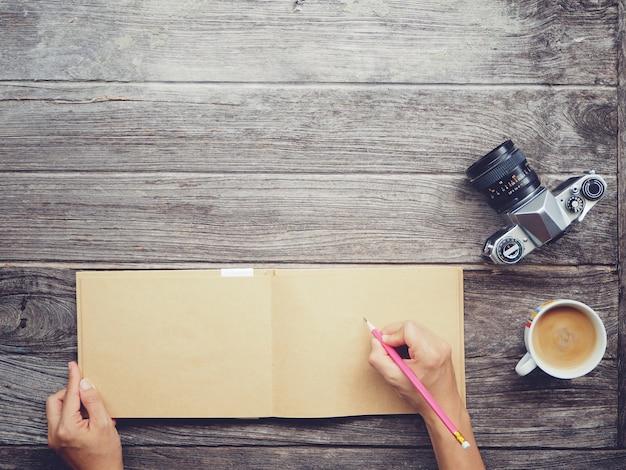Werktafel met notebookpapier