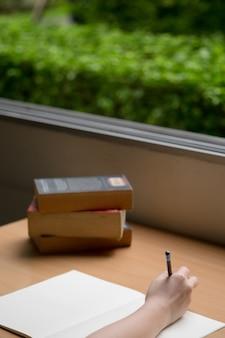 Werktafel met notitieboekje en boeken