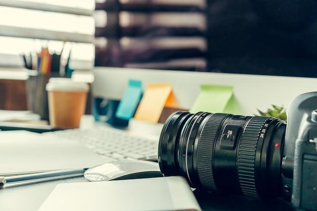 Werktafel van een fotograaf dicht omhoog