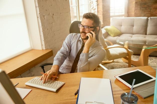 Werktijd. een jonge zakenman die zich op kantoor beweegt en een nieuwe werkplek krijgt.