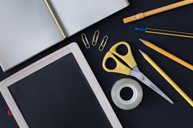 Werktuigen schrijven in zwarte en gele kleuren