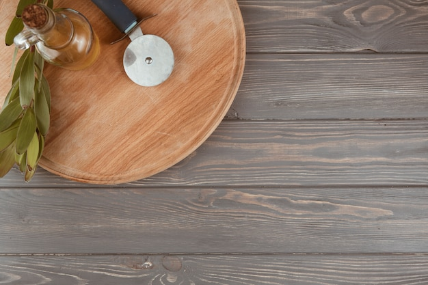 Werktuigenkeuken op een houten lijst