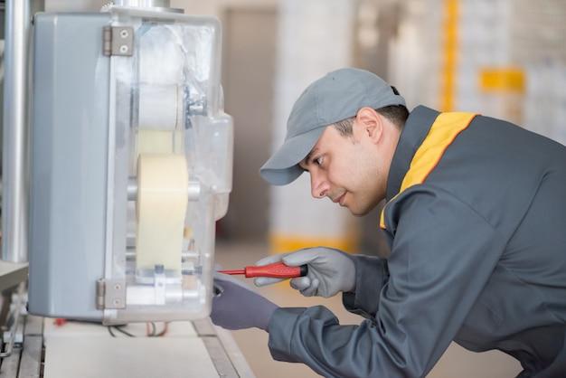 Werktuigkundige die machines in een industrieel milieu bevestigen