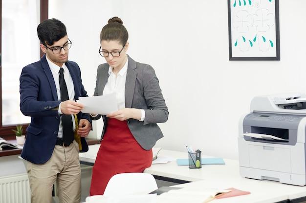 Werkvergadering in moderne directiekamer