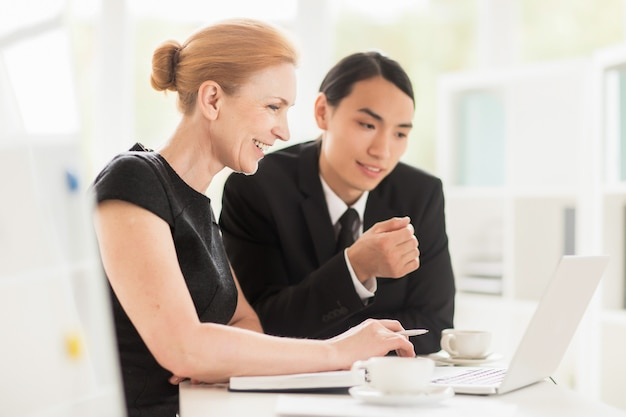 Werkvergadering in ruime directiekamer
