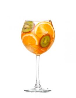 Werper met een verfrissend drankje met plakjes citroen van sinaasappel en kiwi op witte achtergrond