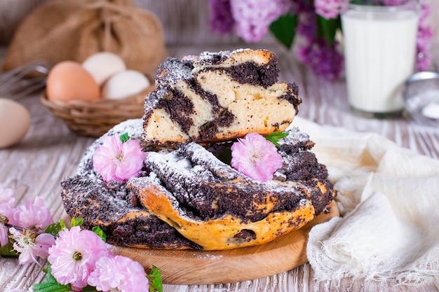 Wervel brioche met maanzaad. pasen brood. gevlochten maanzaad of rolbrood, babka. traditioneel pools zoet kerstbrood.