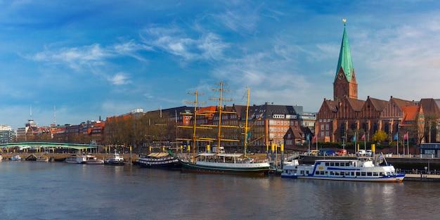 Weser river en st martin church, bremen, duitsland