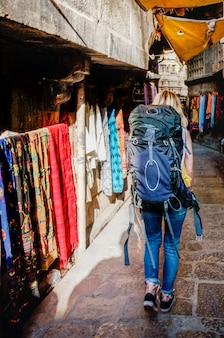 Westelijke backpackervrouw die india onderzoekt