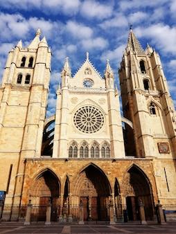 Westelijke gevel van de kathedraal van leon
