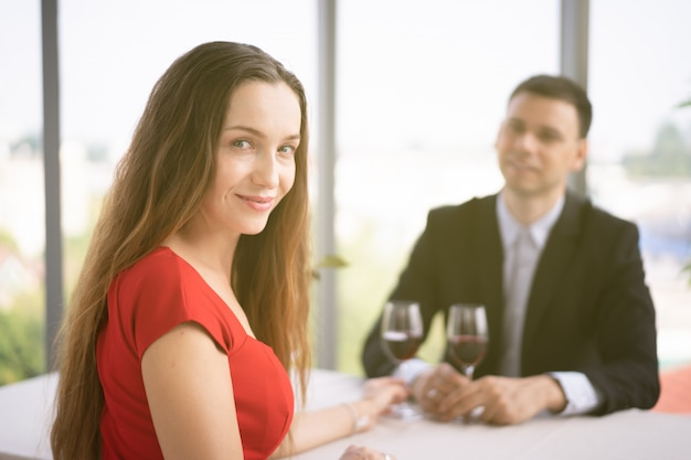 Westerse man en vrouw lunchen samen