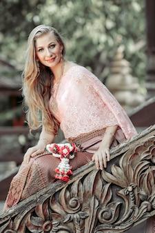 Westerse mooie vrouw in de thaise jurk