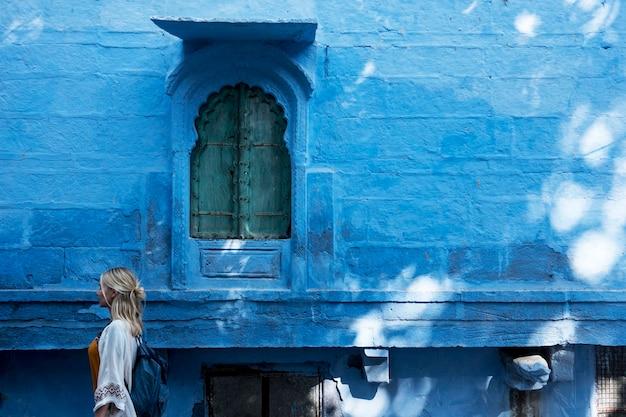 Westerse vrouw die de blauwe stad, jodhpur india verkent