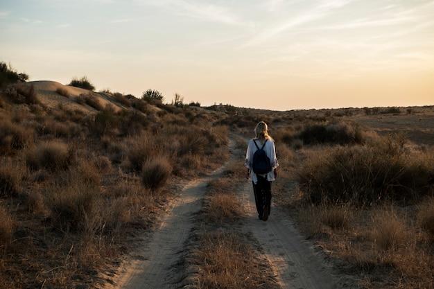 Westerse vrouw verkennen thar woestijn in rajasthan, india