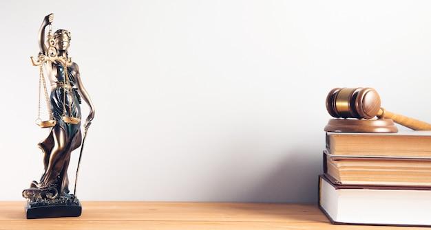Wet concept. wetboek met een houten rechtershamer en justitie dame