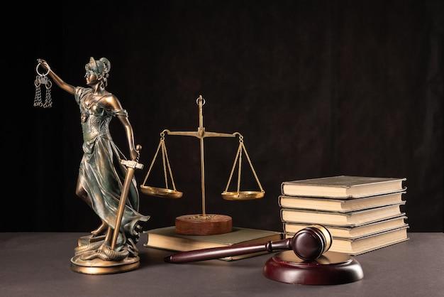 Wet en rechtvaardigheid concept. donkere achtergrond