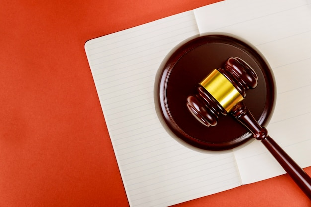Wet en rechtvaardigheidsconcept met houten rechtershamer en blocnote