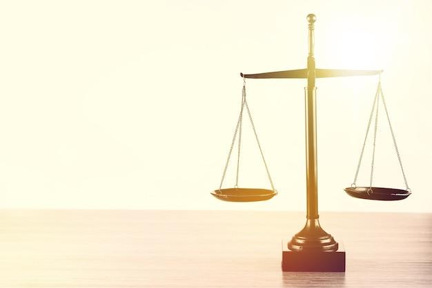 Wet schalen op tabelachtergrond. symbool van gerechtigheid