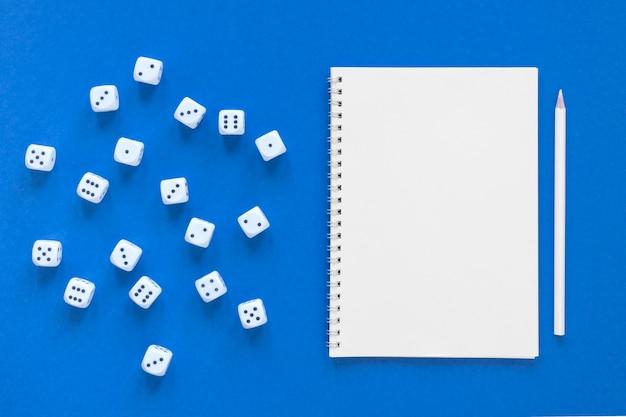 Wetenschap van dobbelstenen waarschijnlijkheden en lege notebook
