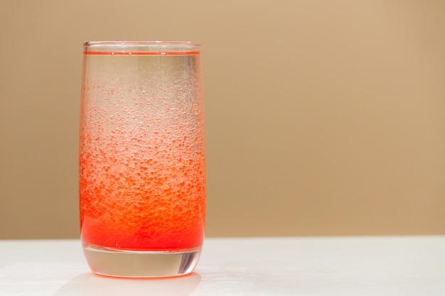 Wetenschappelijk experiment voor kinderen in een glas met water en olie