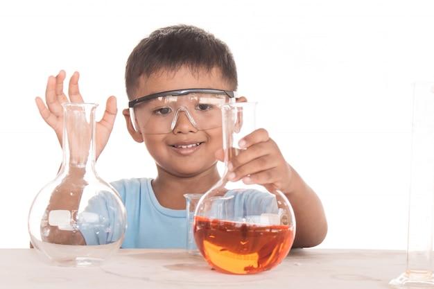 Wetenschappelijk onderwijs concept, aziatische kinderen en wetenschappelijke experimenten