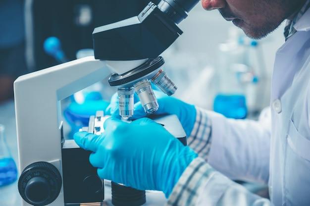 Wetenschappelijke analyse van microscoopgegevens in het laboratorium