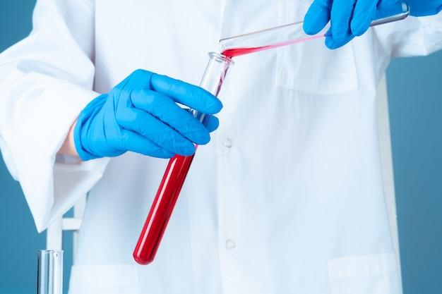 Wetenschappelijke experimenten in een chemisch laboratorium. kleur vloeistoffen en reageerbuis