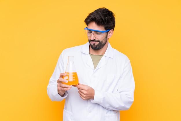 Wetenschappelijke jonge man over geïsoleerde muur