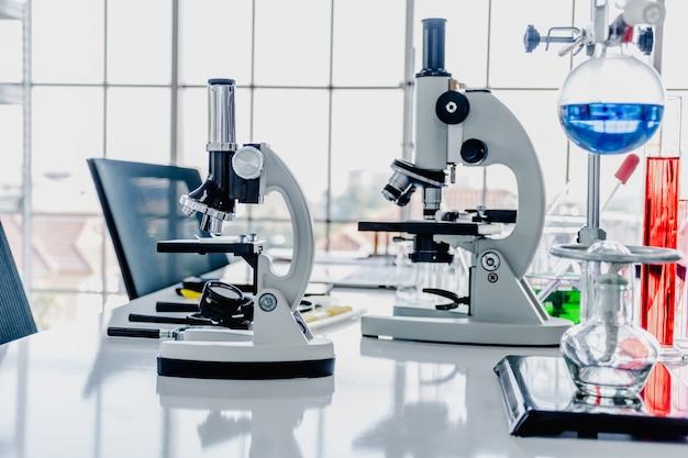 Wetenschappelijke laboratoriumapparatuur in het laboratorium.