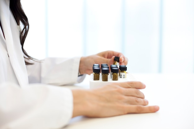 Wetenschappelijke manipulatie van kristallen reageerbuizen in een laboratorium