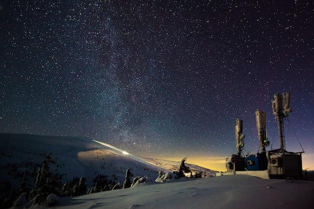 Wetenschappelijke onderzoeksbases bevinden zich op de hellingen van de bergen op een wolkenloze sterrennacht. het concept van verre, ontoegankelijke plekken om de natuur te bestuderen