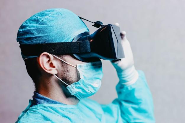 Wetenschapper arts met augmented reality bril 3d vr