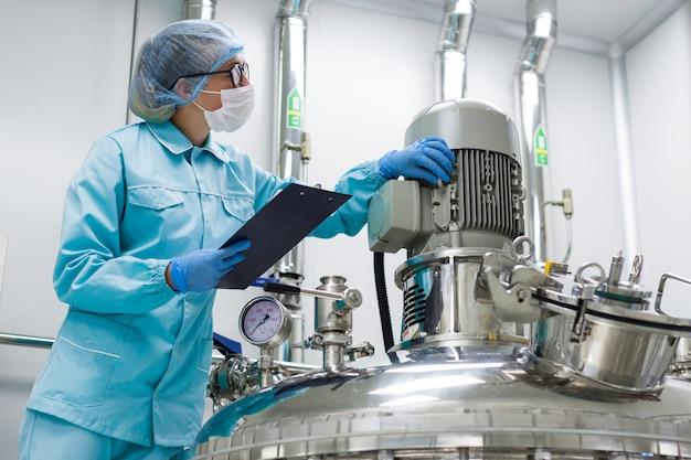 Wetenschapper controleert de metingen op de apparatuur