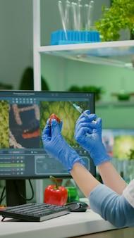 Wetenschapper die aardbei injecteert met pesticiden ontdekt genetische mutatie van fruit