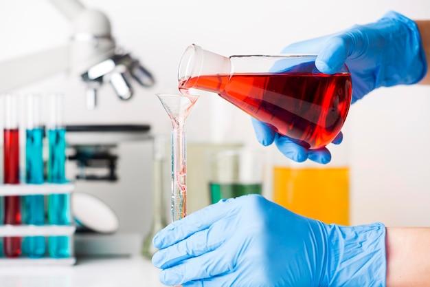 Wetenschapper die chemische elementen mengt